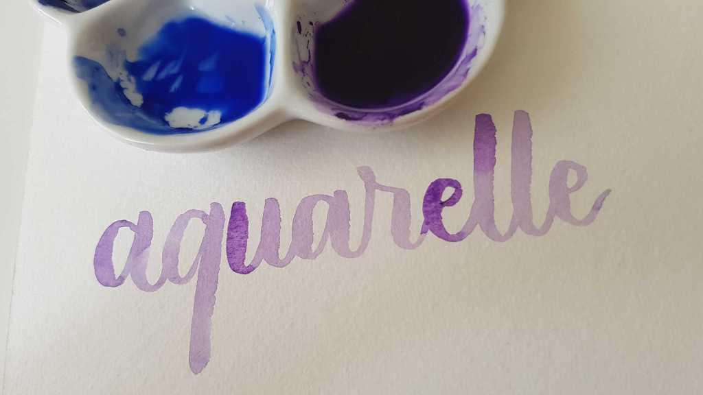 Lettering à l'aquarelle avec une couleur dégradée