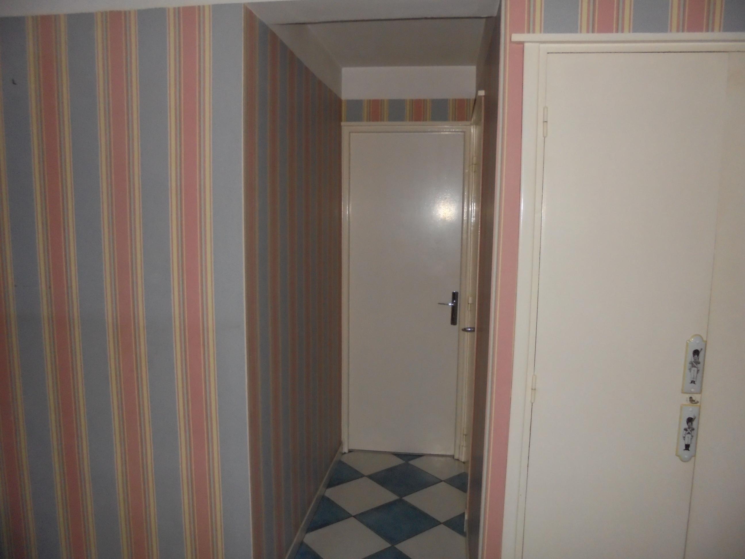 Couloir apr s travaux peinture et tapisserie peinture for Tapisserie originale couloir