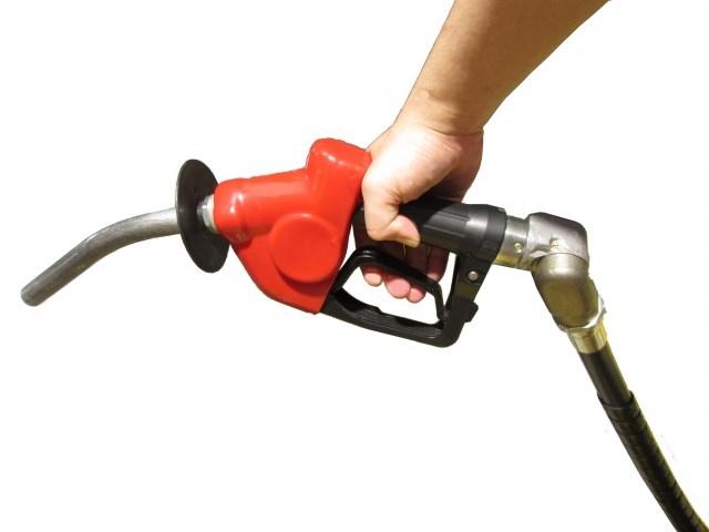 ガソリンを給油しているイメージ画像