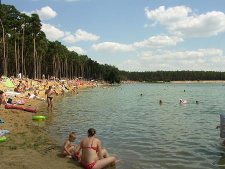 """""""Lhota (jezero)"""" od Mirek256 – Vlastní dílo.   via Wikimedia Commons."""