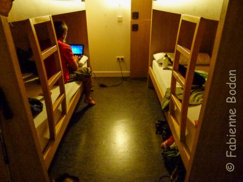 """Les """"cabines"""" 4 places  des dortoirs de la colégiale de Roncevaux, récemment refaits à neuf. © Fabienne Bodan"""