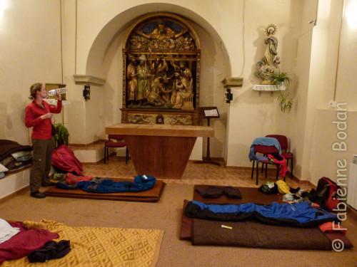 A l'albergue parroquial San Juan Bautista de Granon, l'un de mes grands coups de coeur du Camino francés, l'on ouvre la chapelle du rez de chaussée quand les deux autres dortoirs sont remplis. Ici, tout le monde participe à la cuisine, à la vaisselle, et l'on accède à l'église le soir par une porte secrête pour une réunion de méditation et de prières...© Fabienne Bodan