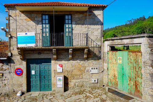 L'albergue de la Xunta de Galicia de Padron se situe en contrebas du Couvent des Carmes, après avoir traversé le pont Santiago. © Fabienne Bodan