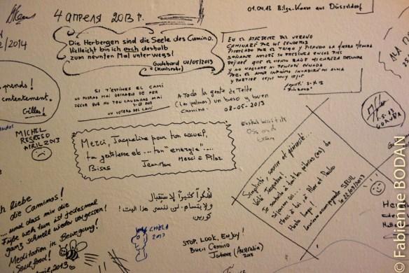 Sur les murs du salon de l'albergue, les pèlerins écrivent et dessinent leurs témoignages. © Fabienne Bodan