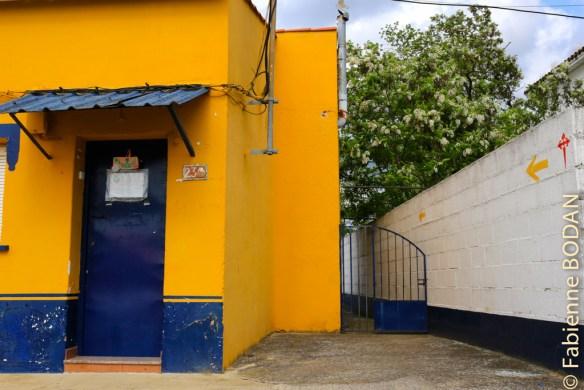 L'entrée se fait par l'arrière. Si la propriétaire n'est pas là, vous pouvez lui téléphoner au  numéro inscrit dans l'auberge. © Fabienne Bodan