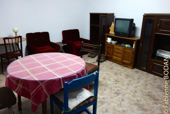 Dans la pièce à vivre, une table où prendre son petit déjeuner (hélas, il n'y a pas de bouilloire électrique où faire chauffer l'eau pour le thé ou le café), des fauteuils et un canapé. © Fabienne Bodan