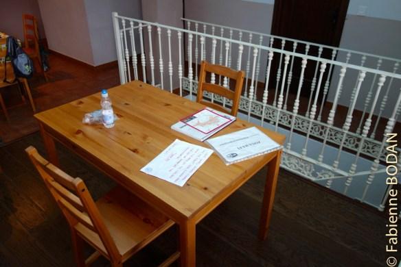 ...Une ou deux marches au dessus, une autre table et des chaises...© Fabienne Bodan