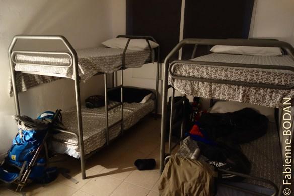 Les dortoirs comptent généralement 6 lits (3 X 2 lits superposés). © Fabienne Bodan