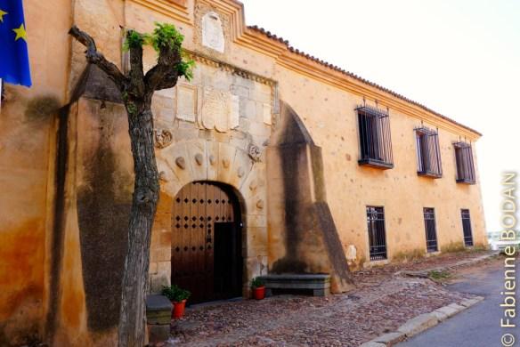 L'albergue est facile à trouver. Demandez où se trouve l'église. L'albergue est en face. © Fabienne Bodan