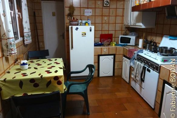 La cuisine est fonctionnelle et d'une taille suffisante pour la capacité de l'auberge. © Fabienne Bodan