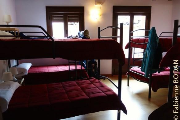 Petits dortoirs très cosy et confortables, avec draps et couettes bordeaux. © Fabienne Bodan