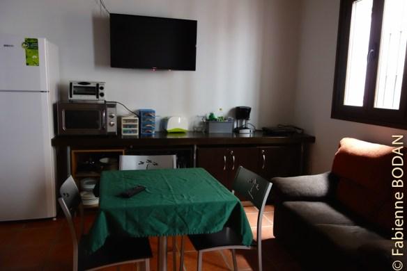 3 ou 4 petites tables permettent de se poser pour se restaurer. © Fabienne Bodan