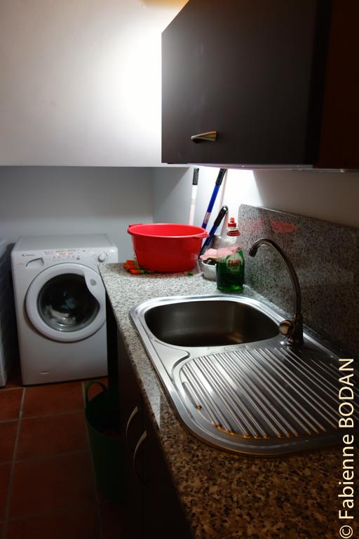 Tous les espaces sont ingénieusement exploités. Ici, le coin vaisselle mais aussi la machine à laver. © Fabienne Bodan