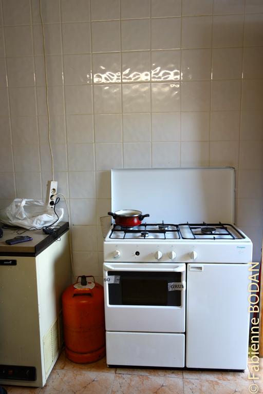 Parfois dans les auberges, il n'y a qu'une ou deux plaques électriques. Ici, nous disposons de la gazière familiale. © Fabienne Bodan