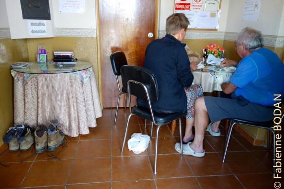 Dans l'entrée, deux petites tables. Un peu juste pour le petit déjeuner pour tous les pèlerins, mais elles ont le mérite d'exister. © Fabienne Bodan