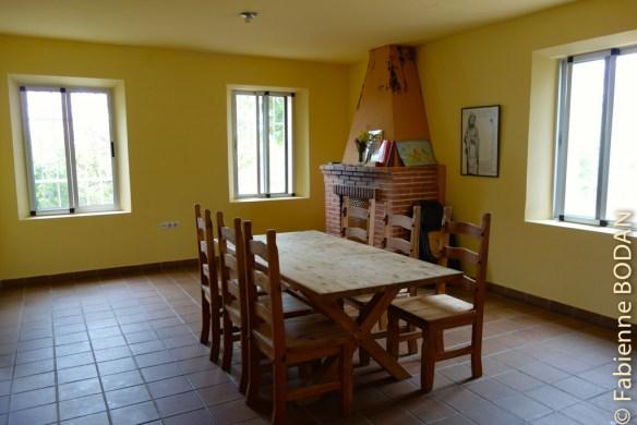 Dans la salle à manger, une grande table et des chaises en bois massif...et une cheminée mais condamnée, sécurité oblige. C'est là que l'on aimerait la présence d'un hospitalier. © Fabienne Bodan