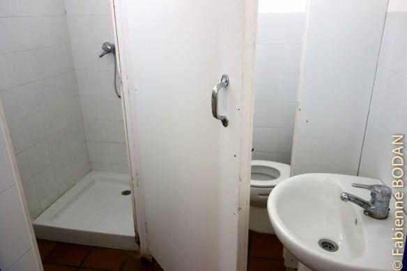 Deux salles de bains, l'une pour les hommes, l'autre pour les femmes. Il manque quand même une aération ou une VMC. Gare à la détérioration rapide de cette auberge trop humide, et ni chauffée, ni ventilée. © Fabienne Bodan