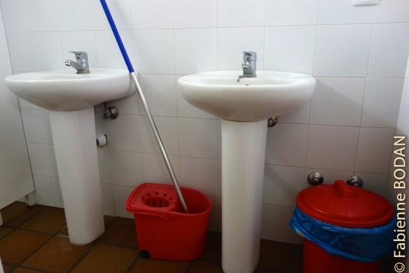 Une douche, un WC, deux lavabos par salle de bains. © Fabienne Bodan