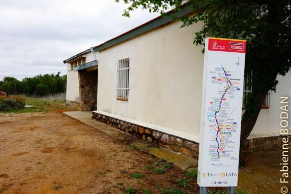 Coincée entre la voie de chemin de fer et la route, l'albergue de Montamarta a néanmoins le mérite d'exister...et d'être ouverte, après toutes ces auberges municipales fermées en Extremadura ! © Fabienne Bodan