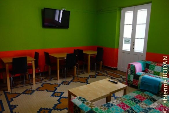 Au fond du couloir, une salle à manger-salon, que les propriétaires de l'hôtel ouvrent à leur arrivée le matin vers 7h. Vous n'avez pas accès à la cuisine, mais ils s'empresseront de vous fournir des couverts et des assiettes ou de vous faire chauffer de l'eau si vous en avez besoin. © Fabienne Bodan