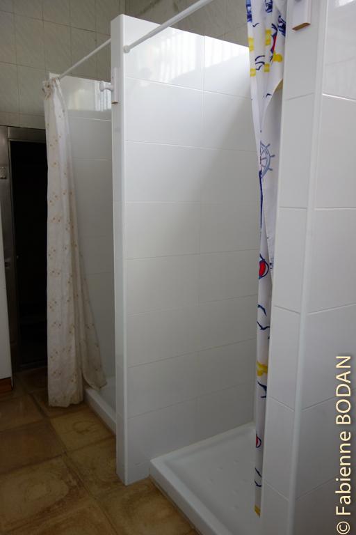 Deux douches dans la salle de bain. On n'est pas encore dans les douches de rugbymen mais on s'en approche ! © Fabienne Bodan