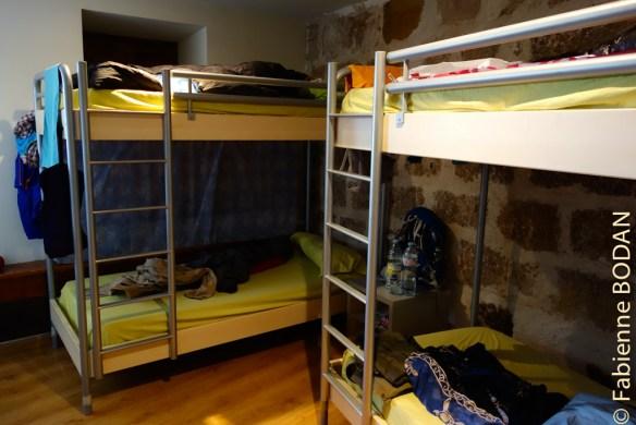 Il y a des chambres de 4, 6, 8, des chambres avec salles de bains (réservées en priorité aux pèlerins blessés ou handicapés). © Fabienne Bodan