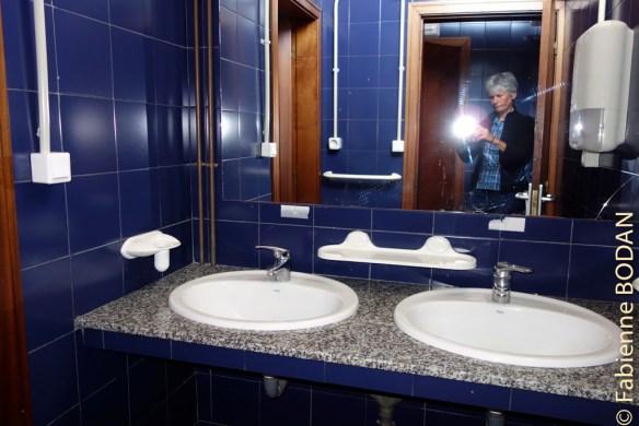 L'auberge compte deux salles de bains, l'une pour les femmes, l'autre pour les hommes, avec deux douches et un WC chacune...© Fabienne Bodan