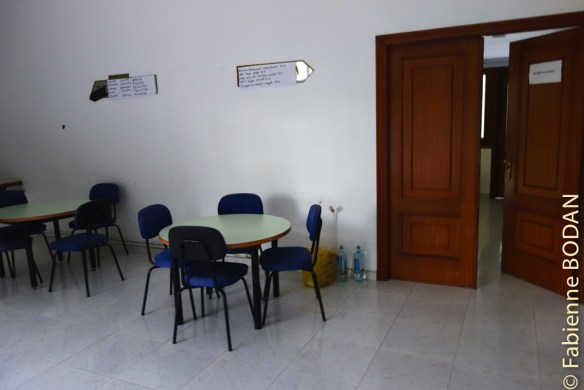 Une grande entrée avec tables et chaises...© Fabienne Bodan