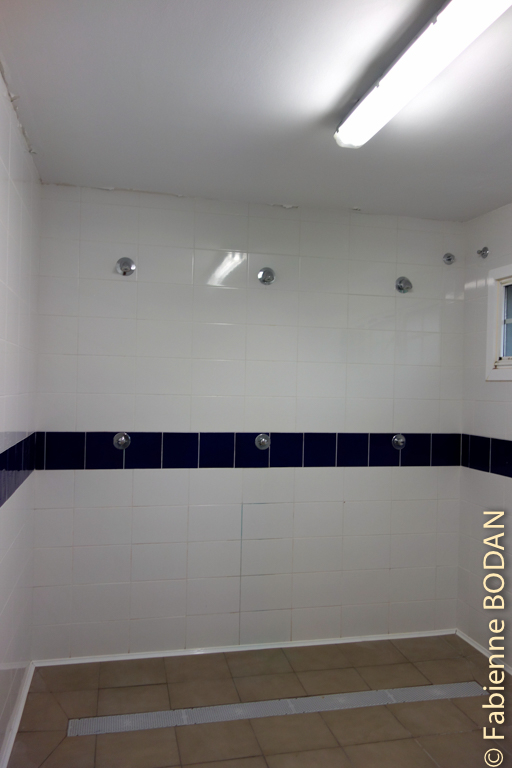 Aux douches de rugbymen...où l'on doit se laver tous en choeur...© Fabienne Bodan