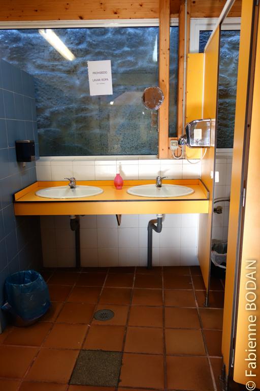 L'auberge comporte deux salles de bains : l'une pour les hommes, l'autre pour les femmes...hélas des problèmes d'évacuation engendrent des odeurs désagréables au rez-de-chaussée...© Fabienne Bodan