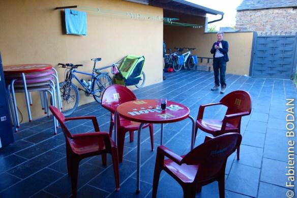 A l'arrière de la maison, une grande terrasse et un préau sous lequel on peut parquer vélos et chariots...© Fabienne Bodan