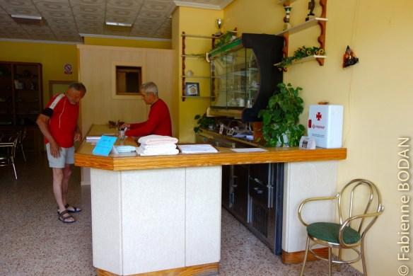 Dans la grande pièce de détente, les propriétaires vous accueillent au bar...© Fabienne Bodan
