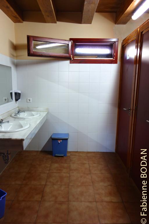 L'auberge compte deux salles de bains (mixtes) : une à l'étage, l'autre au rez-de-chaussée. © Fabienne Bodan