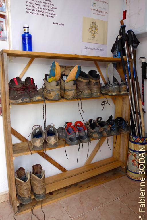 Merci de déposer vos chaussures sur ces étagères...© Fabienne Bodan