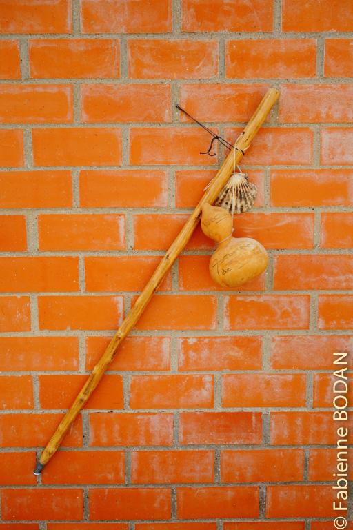 Bâton, bourdon, coquille, les trois symboles du pèlerin...© Fabienne Bodan