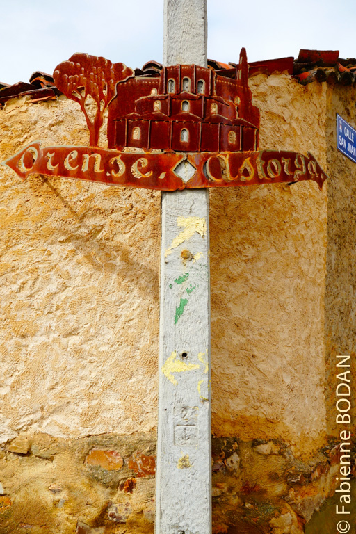 A Granja de Moreruela, le pèlerin choisit s'il continue vers Astorga ou s'il emprunte le Camino Sanabrés via Ourense. © Fabienne Bodan