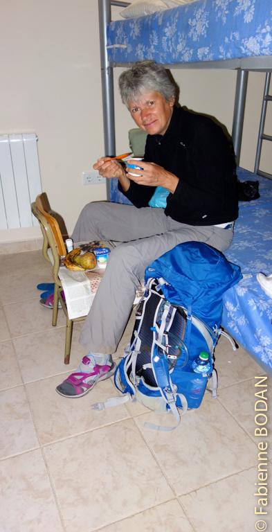 L'auberge municipale de Montamarta compte deux dortoirs. Dominique, Jean-François, Christa, Jacques et moi profitons d'un dortoir pour nous tous seuls. Nous nous connaissons depuis le début de la Via de la Plata. Le matin, nous prenons tous ensemble notre petit déjeuner dans le dortoir, utilisant les chaises et tables d'écoliers à notre disposition. Promis, on a tout nettoyé et pas laissé une seule miette ! © Fabienne Bodan