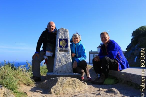 Les Trois Mousquetaires de la Via de la Plata à la borne 0 kilomètre près du cap de Fisterra © Fabienne Bodan
