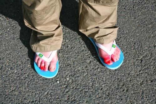 Qui veut cheminer loin ménage ses pieds ! Ampoules, égratignures, entailles, tendinites, entorses, fractures de fatigue...les pieds et les jambes ne sont pas toujours à la noce sur les chemins. © Fabiene Bodan