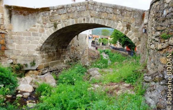 Le petit pont de pierres d'Aldeanueva del Camino. © Fabienne Bodan