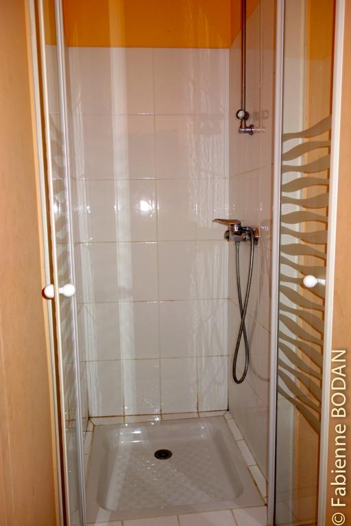 Le gîte comprend une salle de bains au premier étage et une douche et un WC au rez-de-chaussée. © Fabienne Bodan
