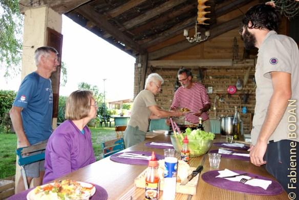 Tout le monde met la main à la pâte pour aider Vincent à préparer le dîner. © Fabienne Bodan