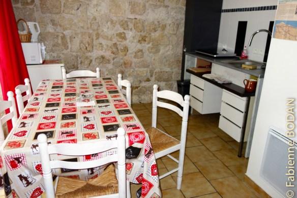 A l'entrée, une petite pièce qui fait office de cuisine, salle à manger et pièce à vivre. © Fabienne  Bodan