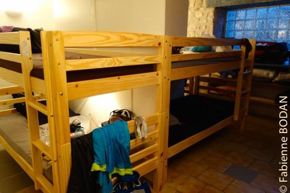 Le propriétaire a bâti des cloisons entre les lits superposés, favorisant la notion de petit espace à soi...© Fabienne Bodan