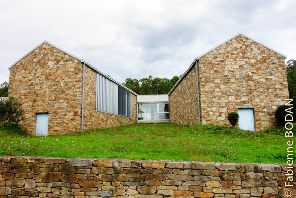 Une construction très moderne à la sortie du hameau de Outeiro. © Fabienne Bodan