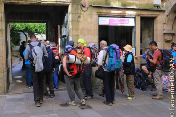 La file d'attente des pèlerins en attente de la Compostela au bureau de Santiago (mai 2015) © Fabienne Bodan