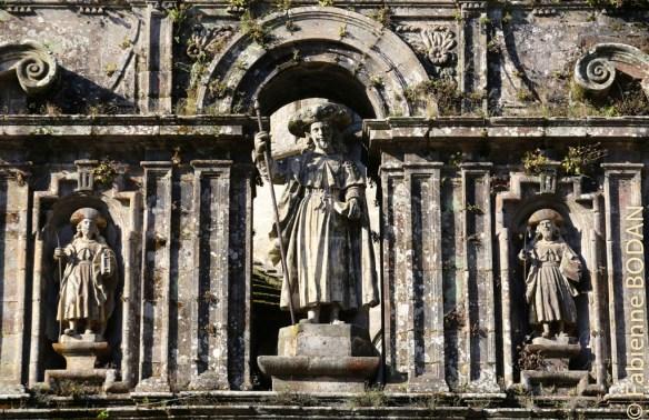 Maître Jacques attend les pèlerins, entourée de ses deux disciples Athanase et Théodomir. © Fabienne Bodan