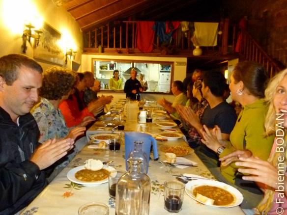 Le petit rituel d'avant-repas à Grañon (camino francés), mené par les hospitaliers.