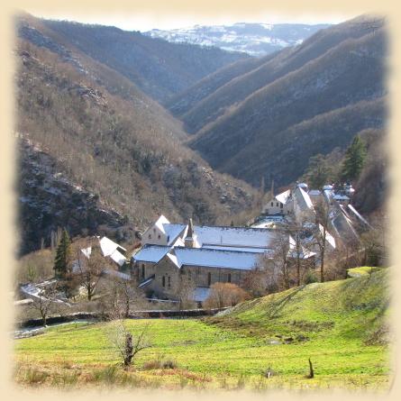 Nichée dans la vallée, l'abbaye se situe à 9 kms du village © Site internet de l'abbaye cistercienne de Notre-Dame de Bonneval