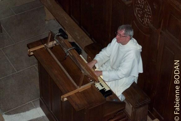 Le soir, après avoir avoir commenté les détails du tympan de l'abbaye, Frère Jean se met à l'orgue © Fabienne Bodan